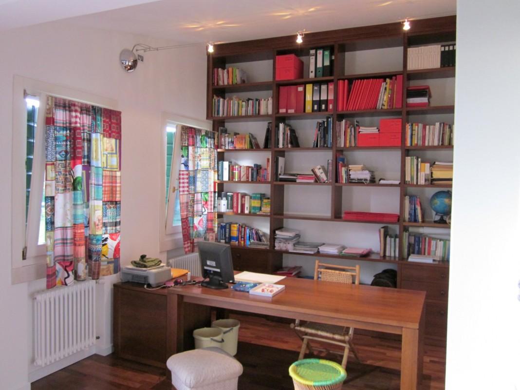 12 Libreria in noce a soffitto