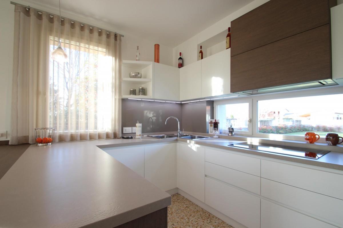 22 Cucina moderna in frassino e rovere tinto