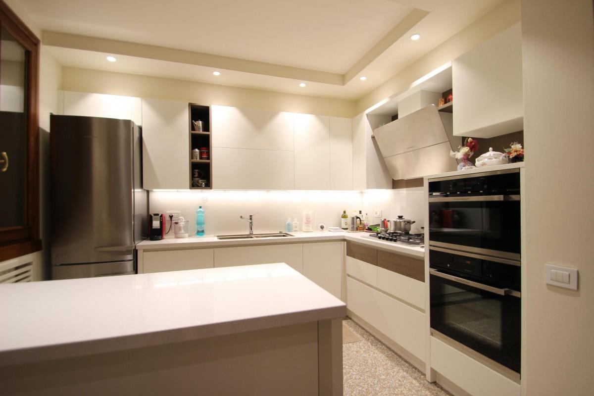 23 Cucina moderna laccata e legno tinto