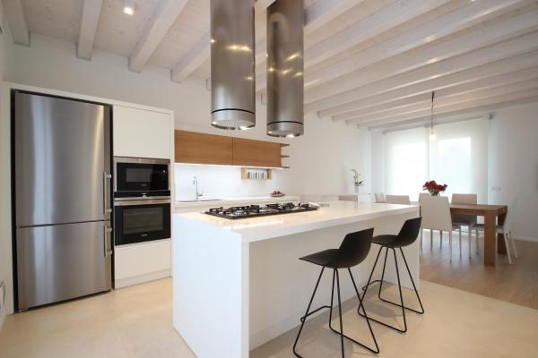 24 Cucina laccata opaca e rovere tinto