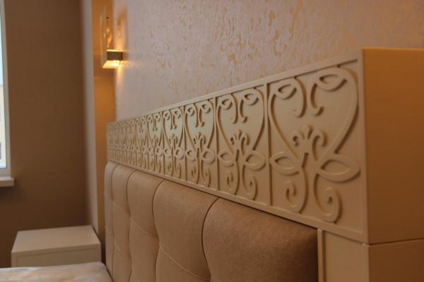 9 Gruppo letto in legno decorato con incisioni