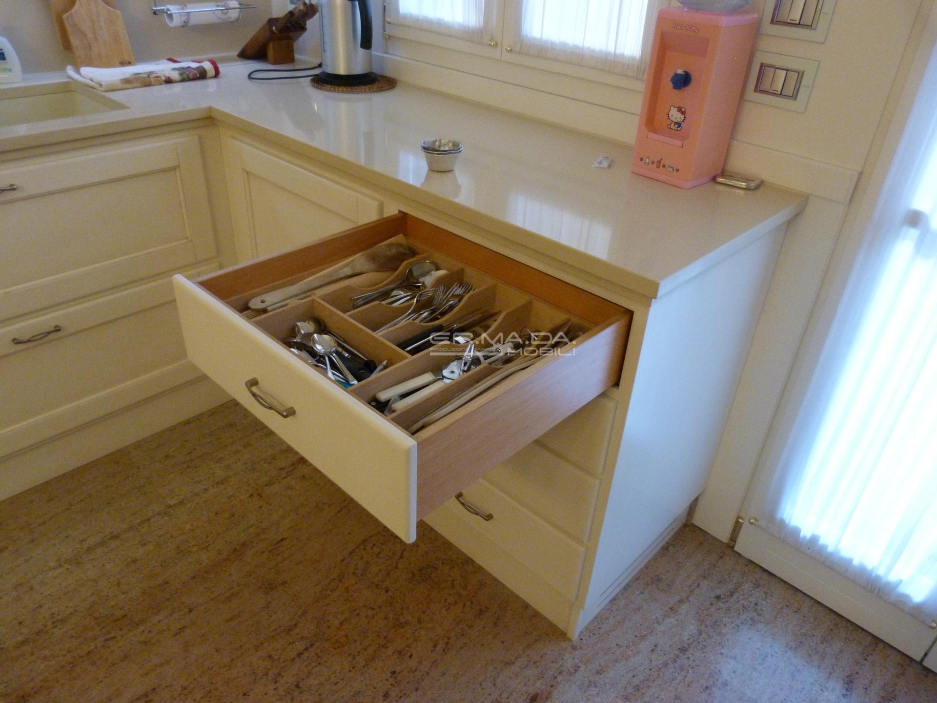 Cucina laccata bianco pattinato 11 er ma da for Progetta i tuoi mobili online